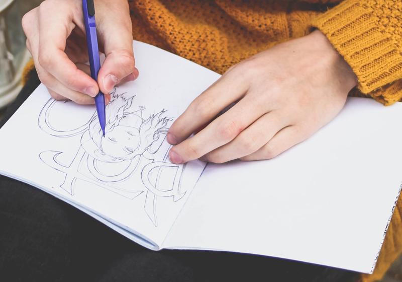 Disegno nell'adolescenza: personaggi e scritte